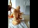 Китаец вырезает из картошки скульптуру