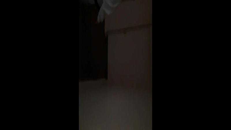 школьник выносит с вертушки дветь в женскую раздевалку