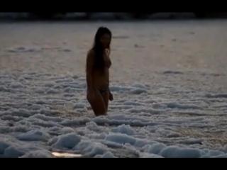 Девушка купается среди льдов в Каспийском море