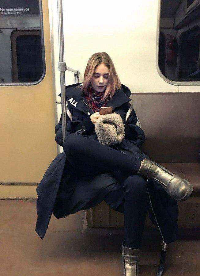 Ехали вместе с Новокузнецкой до Автозаводской. Очень милая жалею, что не подошёл!