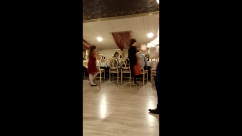 17.11.2017 Зажигательные танцы ведущего с женихом:))