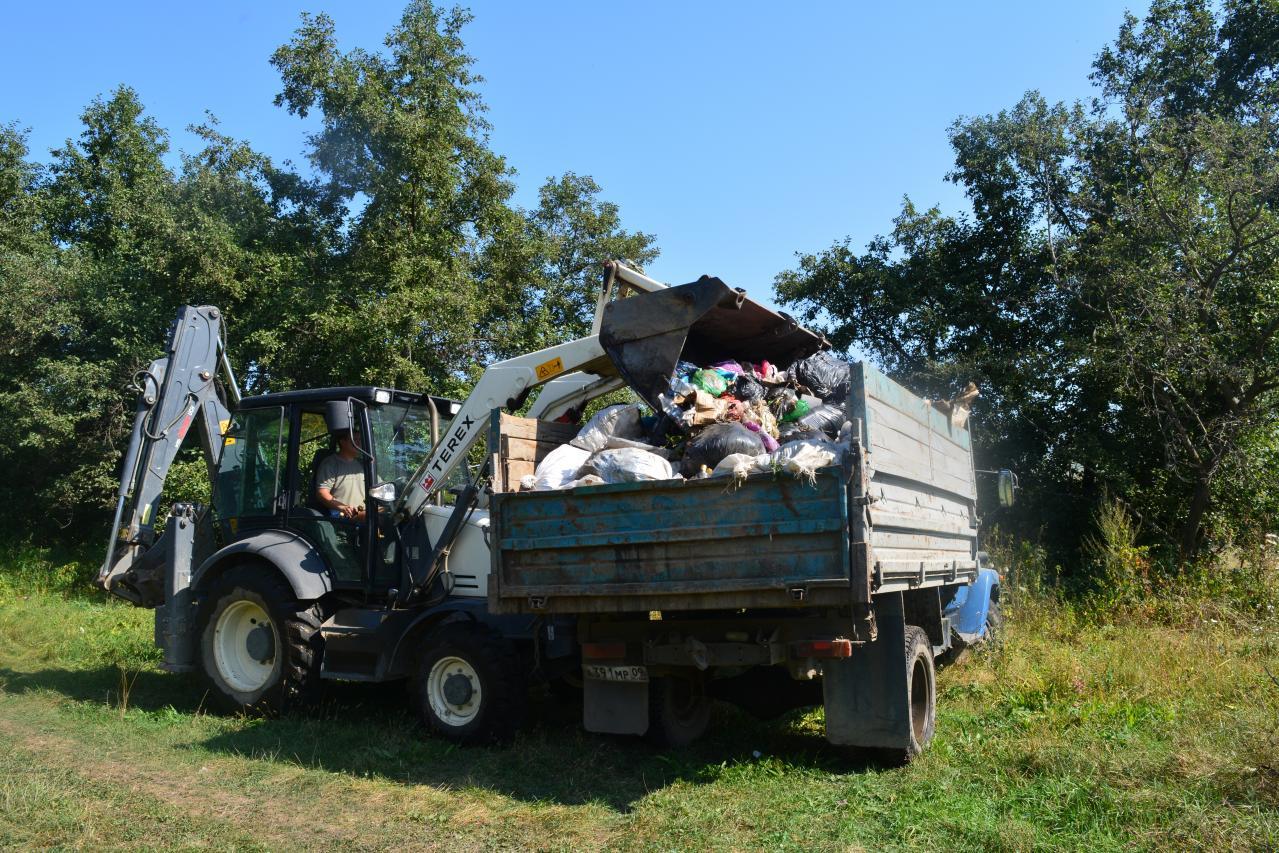 В Зеленчукском районе очистили родник превращенный местными жителями в свалку