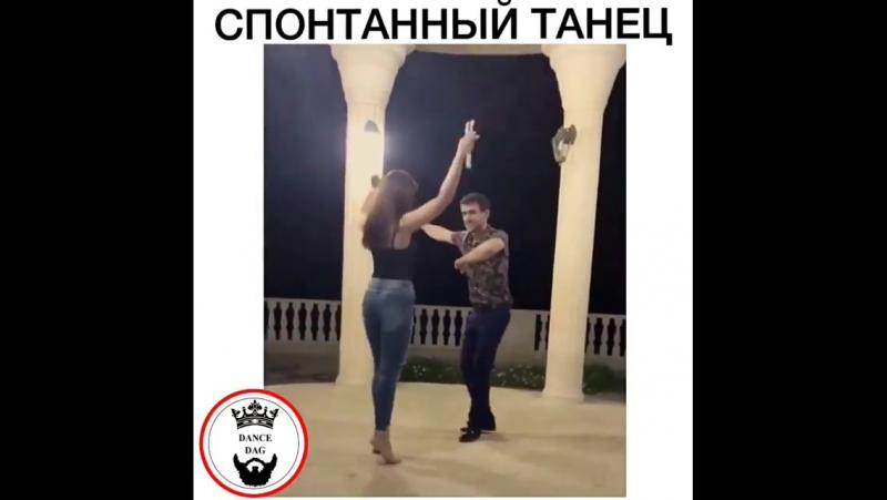 Лезгинка Парень и Девушка красиво танцуют