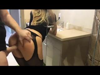 Девушка эротично выгибает спинку и дает стоя в попку