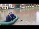 На улице Анникова йошкаролинцы катаются на лодке