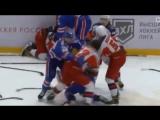 Хоккеисты ЦСКА и СКА устроили массовую драку в молодёжной лиге — видео