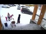 Обрушение снега с крыши на женщину и мать с ребенком