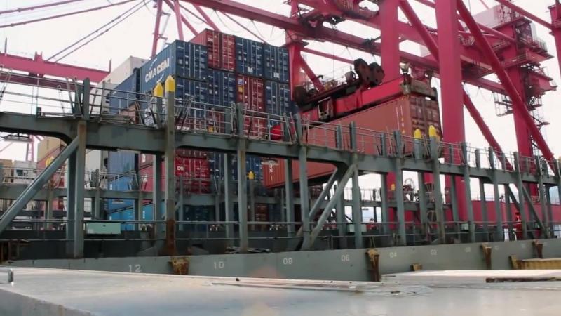 Разгрузка контейнеров с корабля Погрузка и отправка грузов на терминале