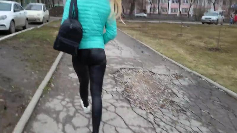 Блондинка с шикарной попой в леггинсах