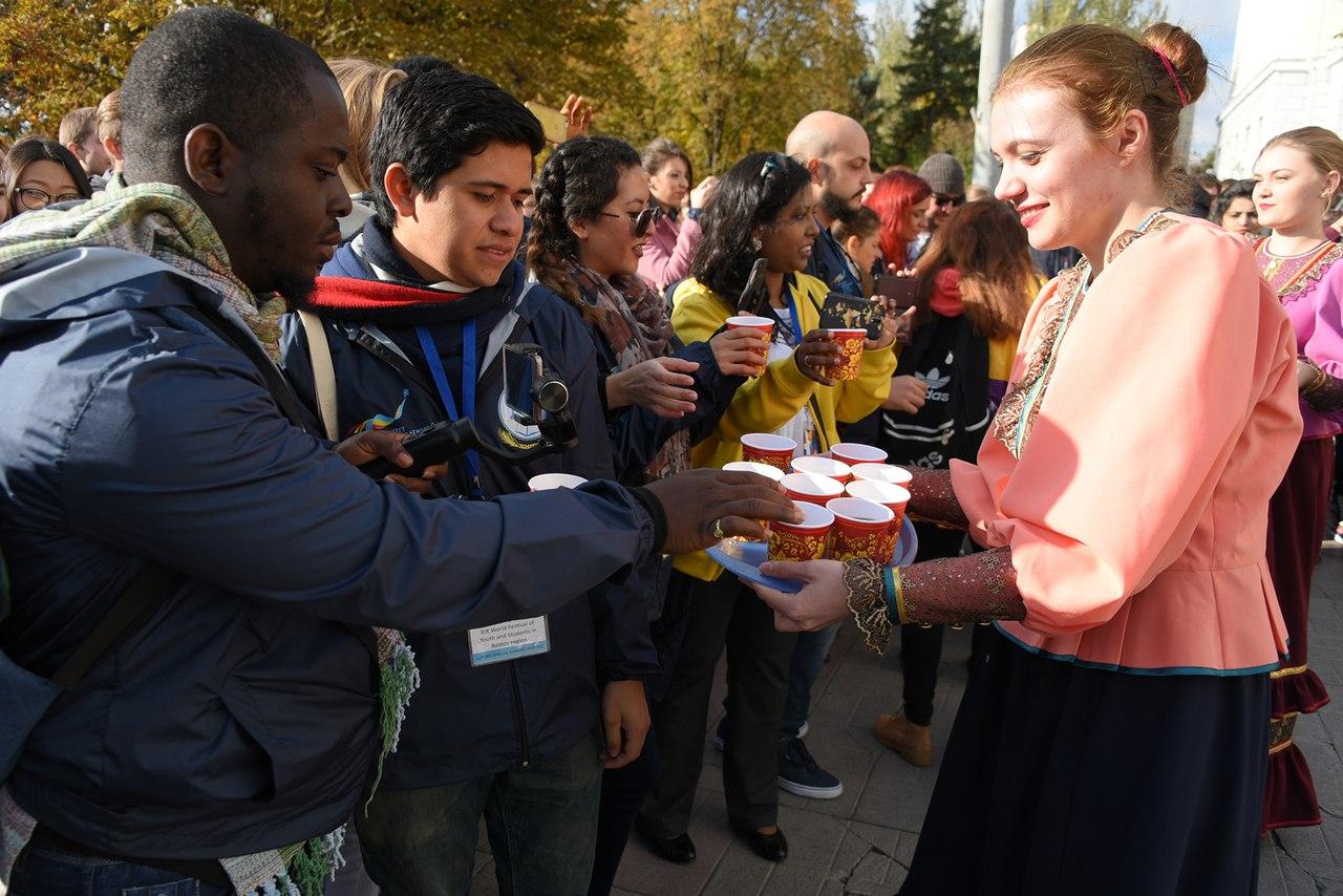 Участники Всемирного фестиваля молодежи и студентов высадили в Ростове-на-Дону Аллею дружбы