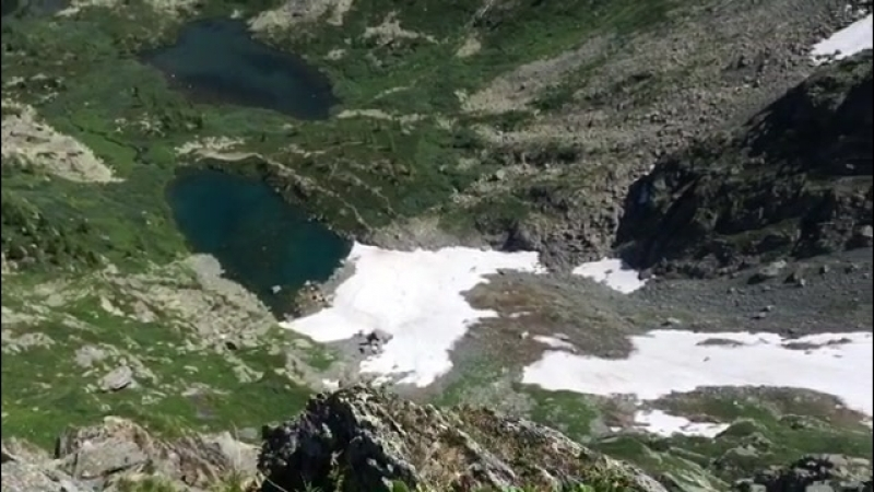 Догуляла десяток с лишним км до кусочка горы, осветившегося солнечными лучами на ( 421 X 750 ).mp4