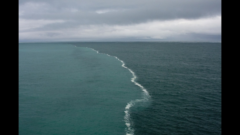 Два встречных течения в этом месте не могут слиться, так как у них разная плотность. Это место называют «край света».