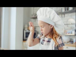 Милая девочка печёт торт