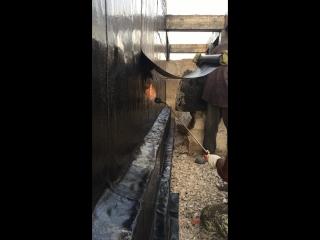 Клеим гидроизоляцию на фундамент