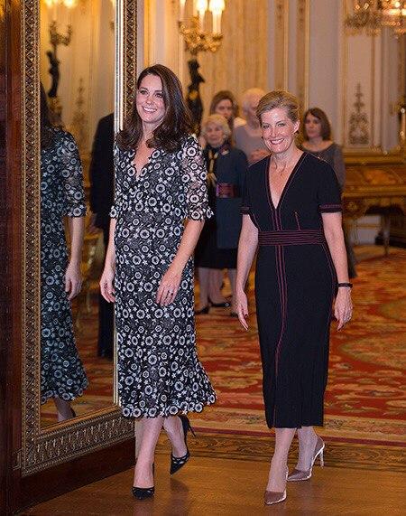 На следующий день после церемонии BAFTA в Букингемском дворце состоялся торжественный прием в рамках мероприятия Commonwealth Fashion Exchange, которое проходит одновременно с Неделей моды в Лондоне.