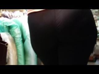 Round big ass milfs in tight sweatpants (Парню очень понравилась мамочка с большой сочной жопой в тугих спортивных штанах) 1080