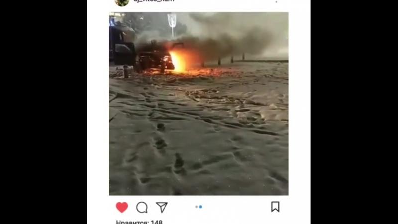 ВАЗ 2115 врезался в трубы и загорелся возле универмага в Ессентуках прислал @ 576aleksandr567 Видео от 12 01 2018 г