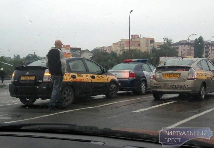 Таксист въехал в автомобиль ГАИ на путепроводе в Бресте