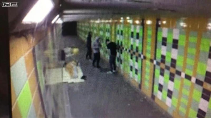 Лондонские подростки выстрелили из фейерверка в бездомного