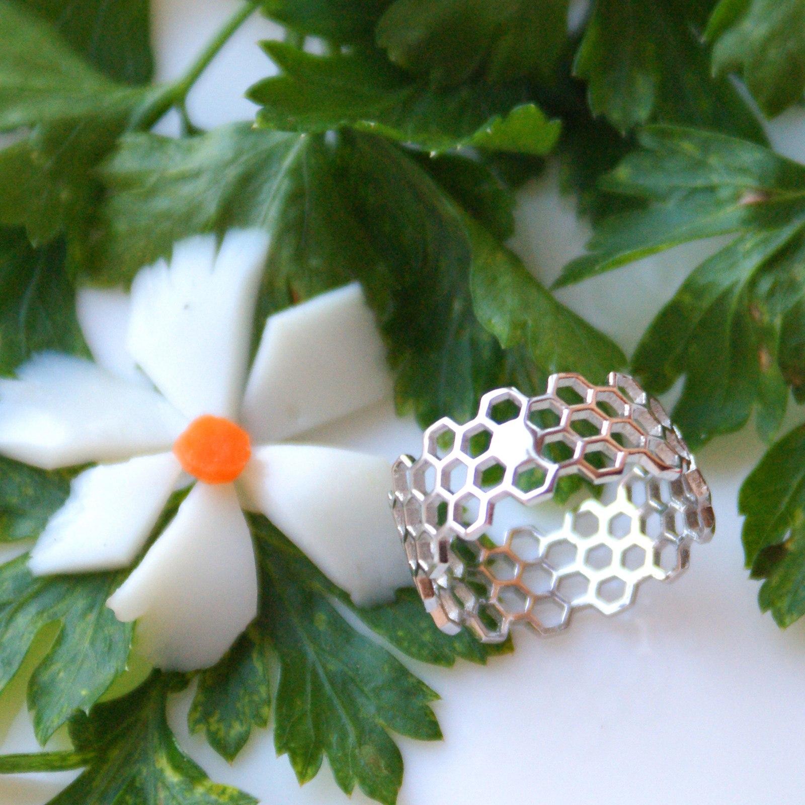 Серебряное кольцо с сотами из магазина Bepas Grocery Store