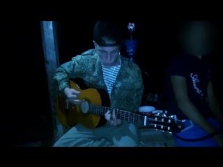 Деревенский парень спел песню на гитаре.