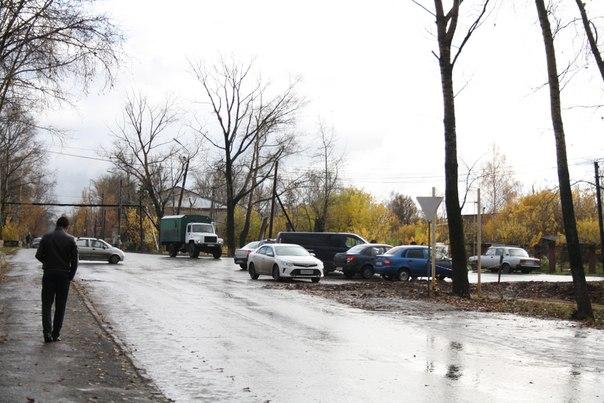 Впервые в жизни вижу тут столь популярную парковку. Как-то тут не нужно парковаться. Но, видимо, на территории оптовой базы уже нет мест, а «налоговики» теперь ездят на машинах на работу и паркуются напротив своих окон — как все мудаки делают.  14 ноября 2017