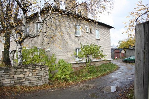 Единственный жилой дом, который напрямую примыкает к Хлебозаводу. Наверное, когда-то здесь выдавали квартиры работникам завода.  14 ноября 2017