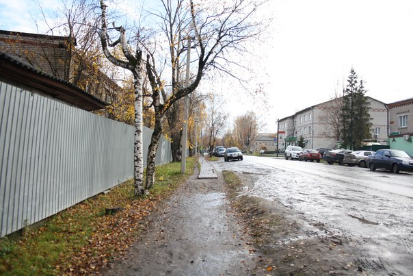 Бабушка мне рассказывала, что раньше город был очень грязные. Нигде не было асфальта. Но если всяким ГАЗ 53 и ЗИЛам он не очень нужен, то жителям хотелось бы хотя бы иногда наступать не в грязь, а то заебёшься мыть пол дома.  Ну вот и строили по всему городу вот такие деревянные мостовые. Как в древнем Великом Новгороде. Сейчас доросли и можем позволить себе вновь начать пользоваться высокими технологиями.  Зимняя ночная версия: https://vk.com/photo16174219_456260197  14 ноября 2017