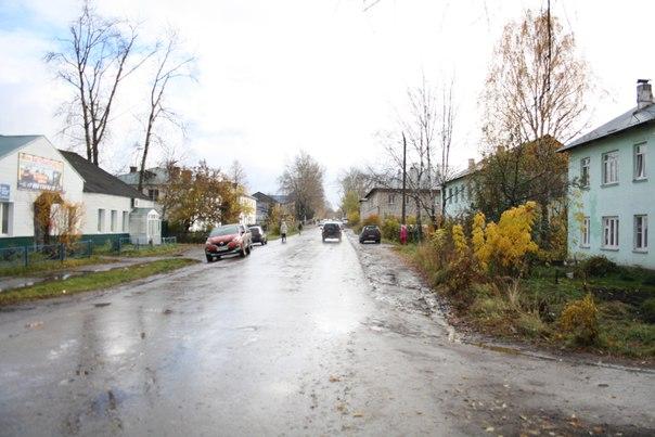 Советская улица в районе старых черёмушек. Слева химчистка, а где-то 2014—2016 штаб-квартира ЛДПР.  Довольно богатые машины стоят.  14 ноября 2017