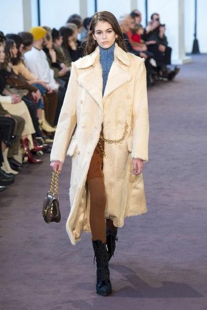 Наташа Рамсей-Леви одела моделей в дубленки-авиаторы, платья в ковбойском стиле и блузы с кружевными вставками на осенне-зимнем шоу Chloé