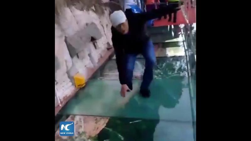 Гид паникует на стеклянной тропе в горах Тайшань
