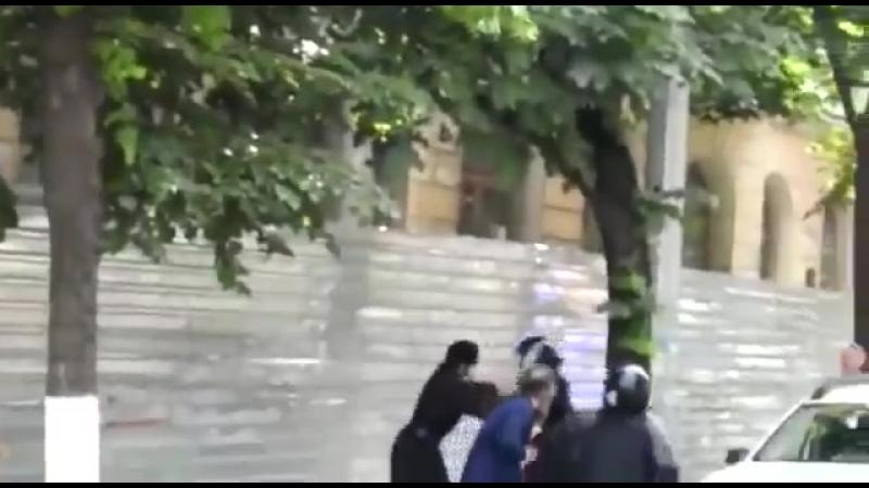 Священник бьется с полицией в Кишиневе протестуя против марша Без страха местного ЛГБТ сообщества