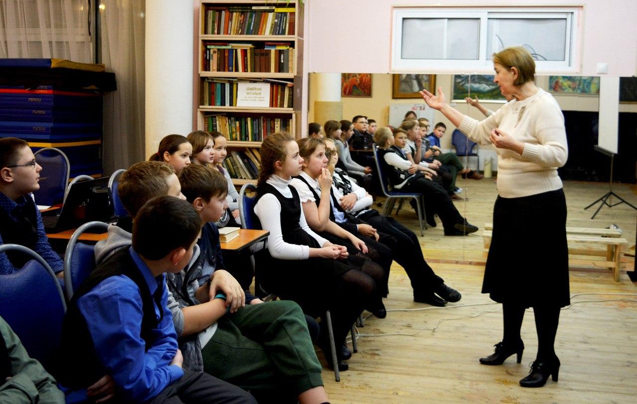 Надежда Алексеевна Лубенко рассказывает школьникам о Рождестве