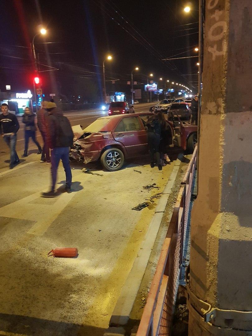 Жесткое ДТП в центре Волгограда: в столкновении «Мерседеса» и «БМВ» пострадала компания молодежи