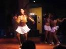 Латина танцы на пляже. Красивые девушки зажигают латина танцы