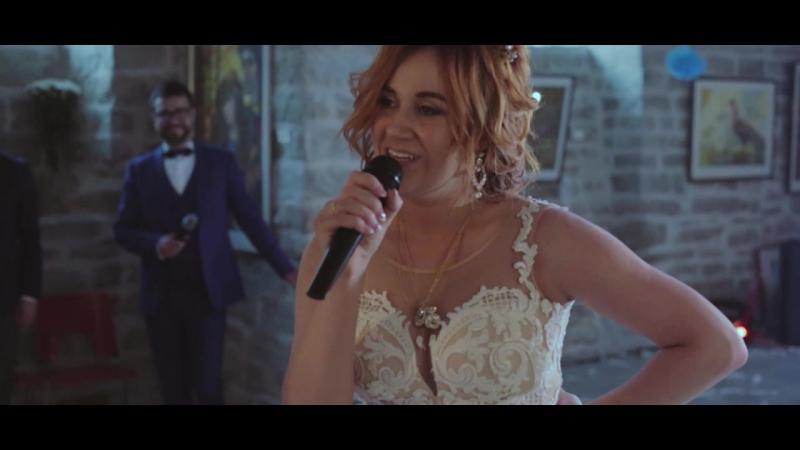 Невеста поет жениху на свадьбе Танго