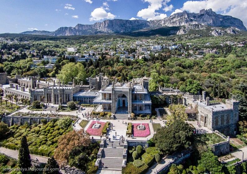 Алупка, вид на Воронцовский дворец, парк, городок и гору Ай-Петри