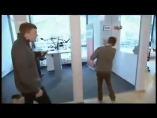 Джастин бибер ударился в стеклянную дверь :DD(подвела его чёлка)