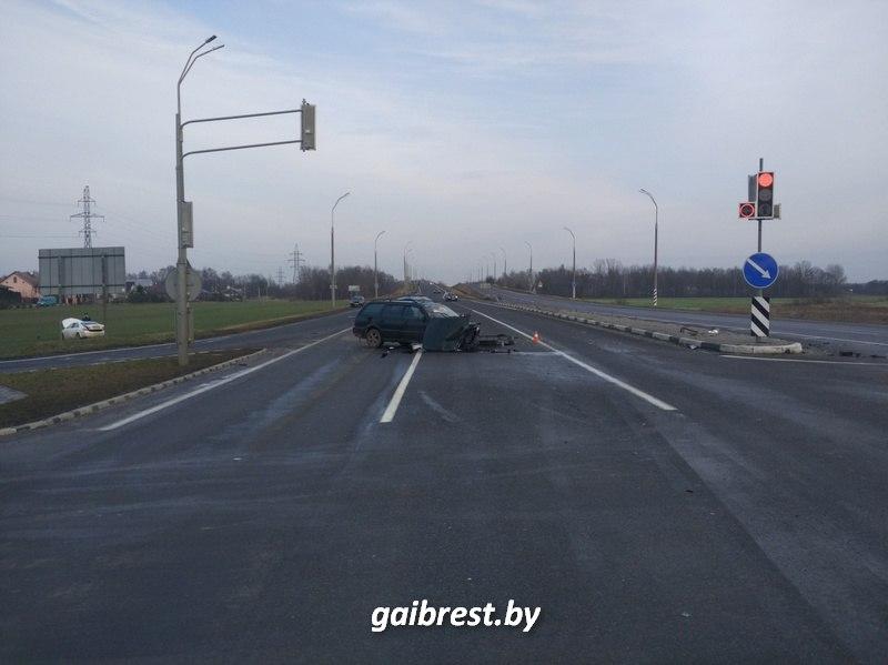 В результате столкновения автомобилей на перекрестке у д. Клейники пострадал мужчина