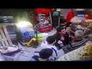 Мигрант устроил бой на тяпках и тележках с охраной супермаркета на востоке Москв