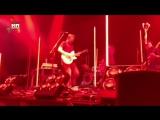 Основатель Queens Of The Stone Age ударил девушку ногой по лицу во время концерта