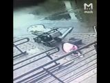 Окно падает на женщину с ребенком с 5-го этажа