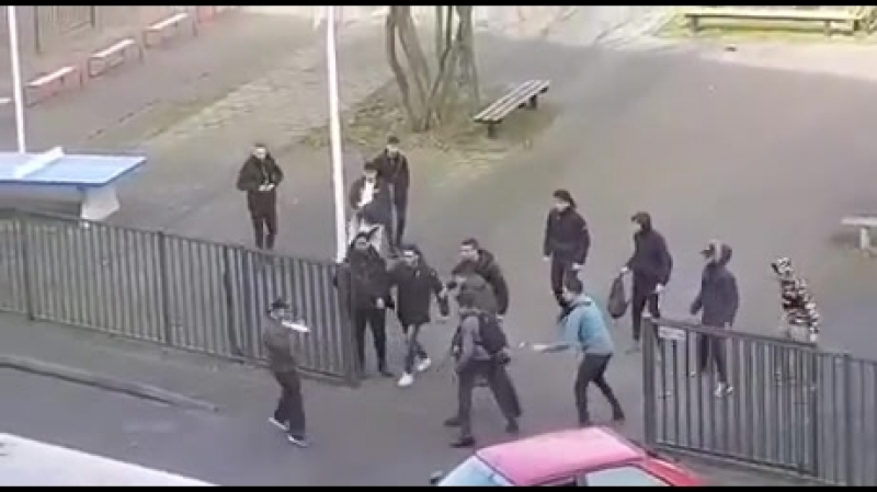 Студенты нидерландов против парня с ножами