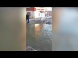 В Омске затопило улицу из-за прорыва трубы на шинном заводе