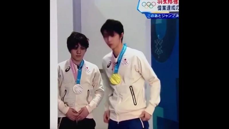 Yuzuru checks up Shoma's outfit before interview feb. 2018