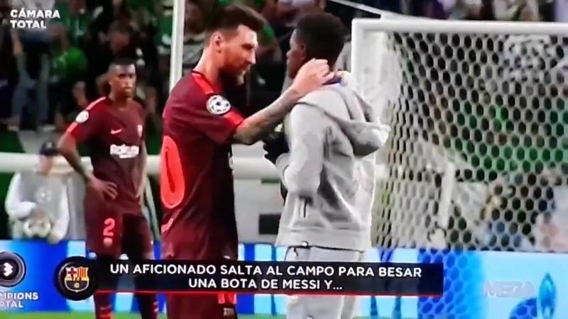 Месси обнял болельщика, а тот ещё и поцеловал бутсы аргентинца