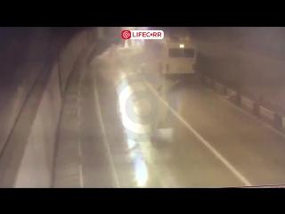 Момент столкновения «Лексуса» и рейсового автобуса под Сочи