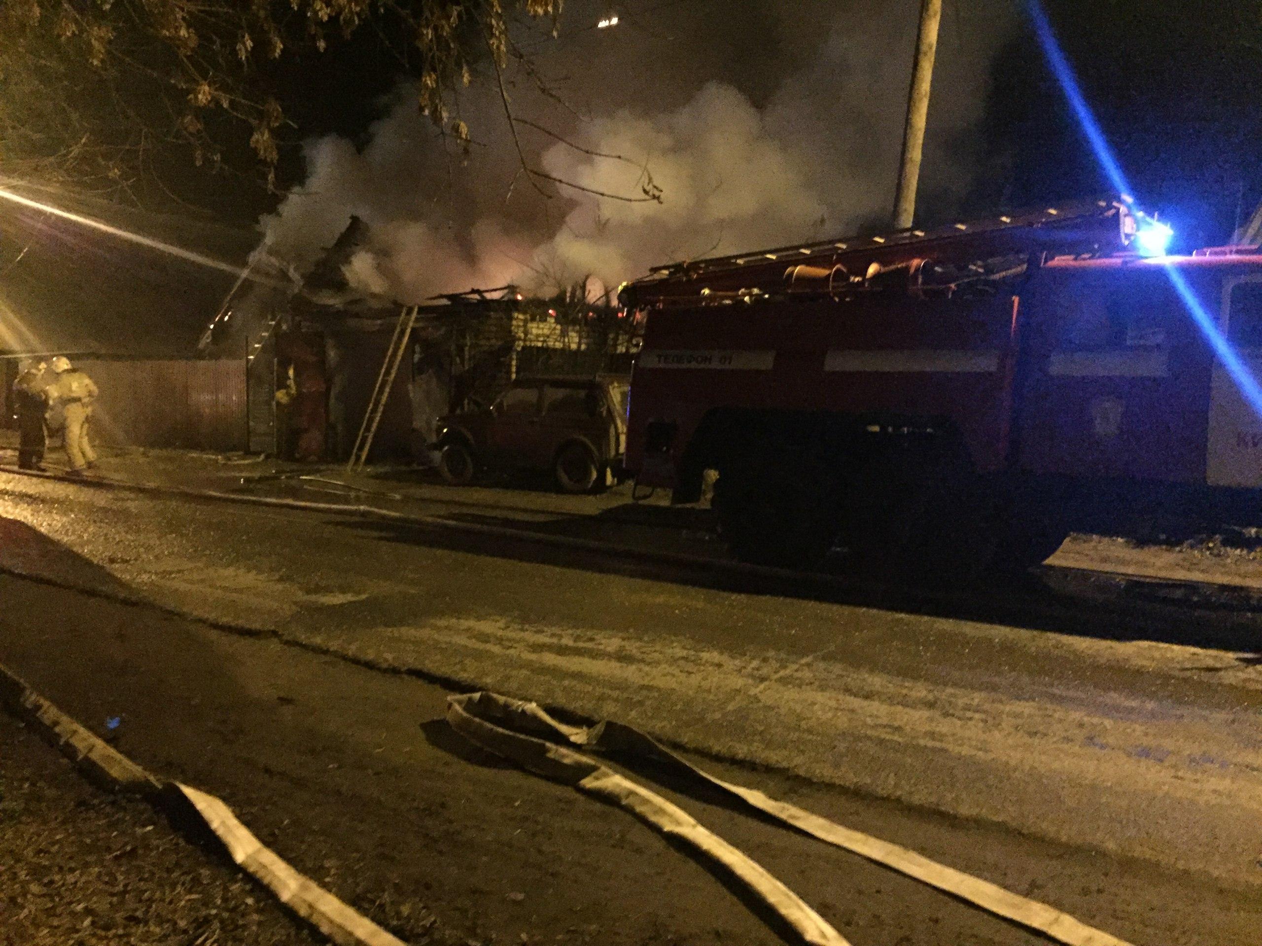 ВВересниках пожар уничтожил гараж, автомобиль икрышу дома