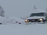 GMC Suburban пилит по глубокому снегу