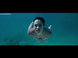 В бикини на пляже - Джессика Альба